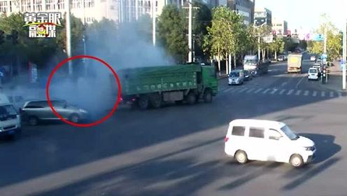 大货车开过,温州街头冒起一阵浓烟,随后着火了