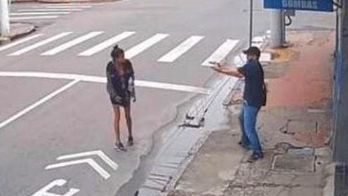暴躁!巴西女子向路人乞讨一元钱,遭路人裤裆掏枪直射!