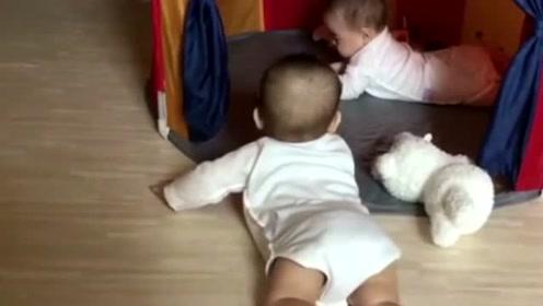 """双胞胎哥哥一直想""""飞""""过去找弟弟,心都被你萌化了,好可爱!"""