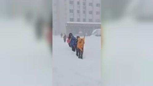 太难了!东北学生排队铲雪上学走红,南方网友:给这儿的孩子寄点吧
