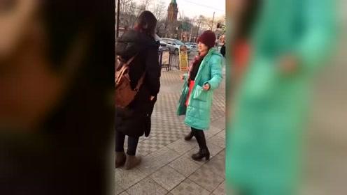 俄罗斯女人喝多了在大街上,竟然这样疯狂,太可怕了!