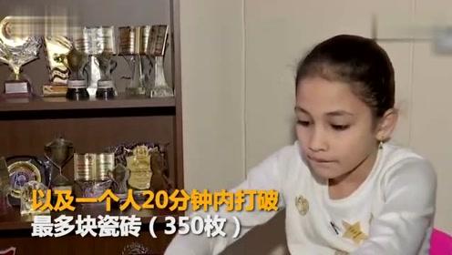 印度8岁女童连破两项世界纪录:20分钟劈350块瓷砖超轻松