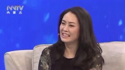 王芳现场唱了首王为念的主题歌,王导听后,气得在台上撕沙发套!
