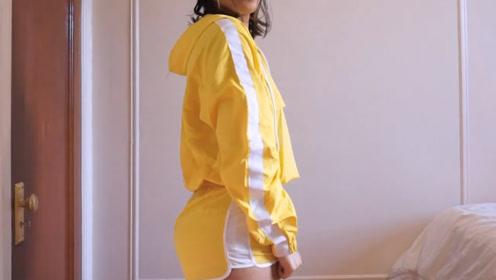美女试穿黄底白条运动短裤套装,好青春的样子