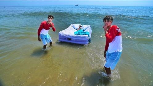 熊孩子把睡着的妈妈扔进了海里,网友:掐指一算要挨揍了!