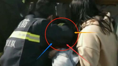 险!一小女孩头被卡大桥护栏 在消防员帮助下小女孩成功脱困