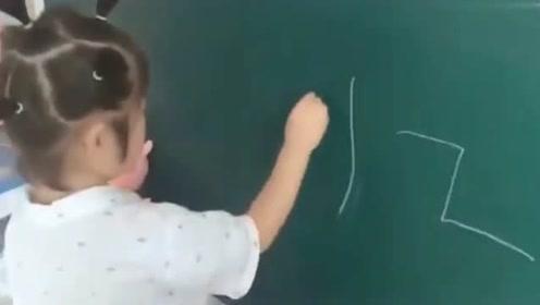 小女娃表演写字,爸爸很欣喜若狂,当看到落笔的一幕瞬间哭笑不得