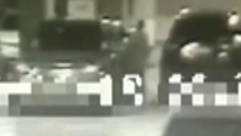 监拍:女子见小车车窗没关翻入盗窃