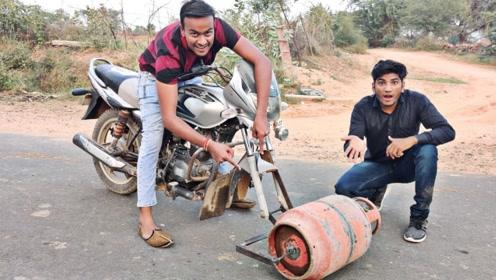 小伙把煤气罐安装在摩托车上当轮胎使用,结果不听使唤!
