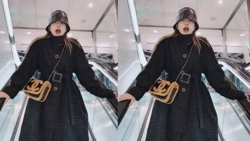 周扬青分享素颜拍照技巧,穿黑色大衣搭配长靴,满满的少女心态