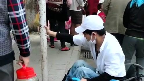 街头偶遇正能量,小伙坐轮椅上不去台阶,路过的大叔伸手相助!