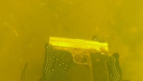 国外小哥河中探宝,意外捡到一把手枪,走近一看惊呆了!