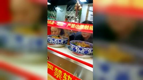 """民以食为天,用""""消防车""""上菜,这样的上菜方式你们见过吗?"""