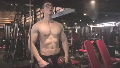 小哥哥腹肌真好看,胸肌还得再练练,能更大!