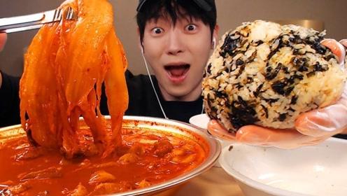 韩国小哥制作五花肉辣白菜汤,搭配着紫菜饭团一起吃,简直太爽了!