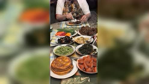第一次来美国朋友家做客,饭菜上桌的那一刻,太有食欲了!