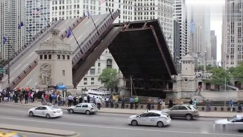 这是一座可以分离的大桥,有车过变成桥,有船过就折叠!