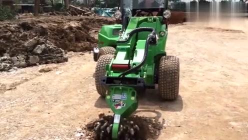 这个造型看着很可爱的机器,没想到挖坑的技术不错!