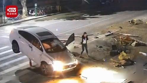 女司机玩手机分心驾驶致车360度翻转 网友:比拍电影厉害