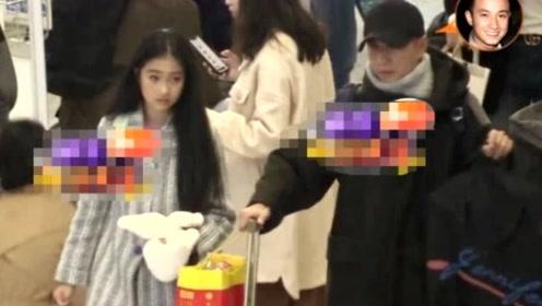 文章离婚后带大女儿现身机场,遭摄影师正对脸拍摄,文君竹表情尴尬