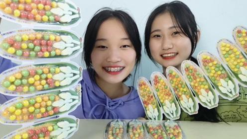 """俩妹子试吃趣味零食""""玉米味棒糖"""",七彩豆摆玉米造型,硬脆甜蜜"""