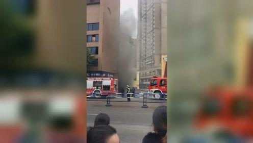 地下车库发生火灾 现场浓烟滚滚引众人围观