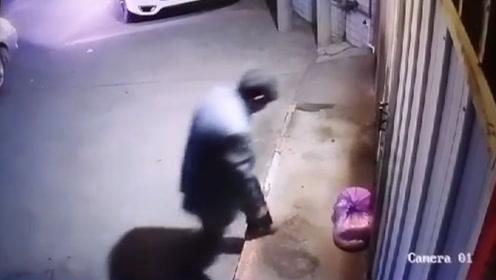 奇葩贼!男子开小车偷早餐店猪肉 监控拍下作案过程