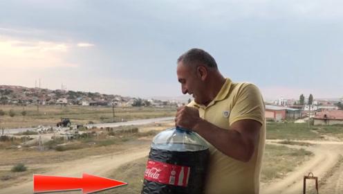 老外将20升可乐从高空扔在汽车上,结果让人心疼!