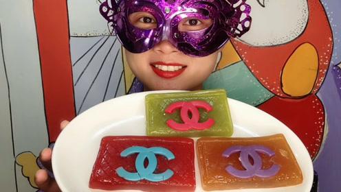 """小姐姐吃手工""""包包巧克力橡皮糖"""",时尚菱格外形Q弹香浓"""