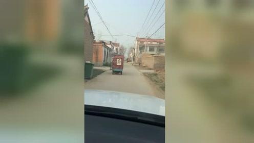 三轮车后面挂的字比实习车牌都管用,没一个司机敢按喇叭