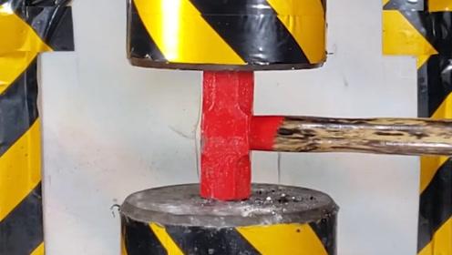 小伙用铁锤叫板液压机,压下去6秒钟后,液压机:这下丢人了!