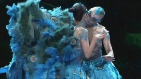杨丽萍和男徒弟跳舞太投入?镜头被放大后,网友:不忍直视!