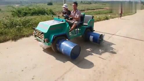 农村大叔发明的四轮车,在水里也能跑起来,真是高手在民间啊