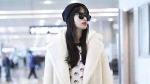 孙怡穿一身白走机场 搭卡通T恤少女心十足 黑长直造型酷劲十足