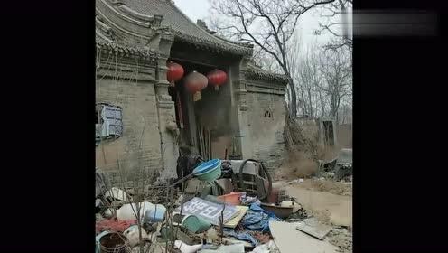 这是村里曾经的大户人家,如今门前垃圾成堆,让人惋惜!