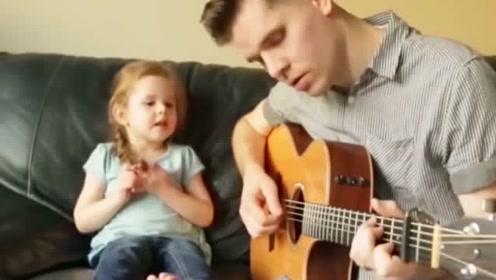 4岁女儿和爸爸深情对唱,对视的小眼神实在是太甜了,羡慕羡慕!