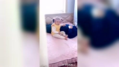 本想让她爸爸哄她睡觉,结果把她爸哄睡着了,还让我不要出声!