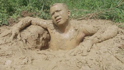 奇葩小哥直接躺泥坑中,甚至往自己身上涂,网友:小时候没玩过吗