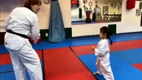 章子怡陪醒醒练跆拳道 感受到被二宝踢肚子超幸福