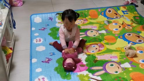爸爸妈妈都在忙,宝宝一个人在客厅玩,宝宝你挺会找乐子!