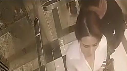 格斗美女独自坐电梯回家,身边男子有些不对劲,下一秒但愿男子健在