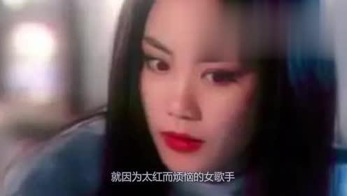 王菲昔日去草原拍写真,披丝巾衣着精致,回眸对镜脸颊凹陷惹人疼