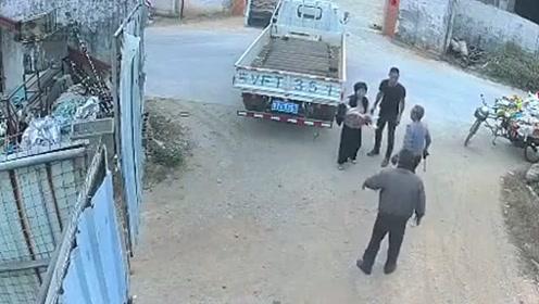 目睹货车撞倒幼童不提醒?广东幼童遭两次碾压后死亡