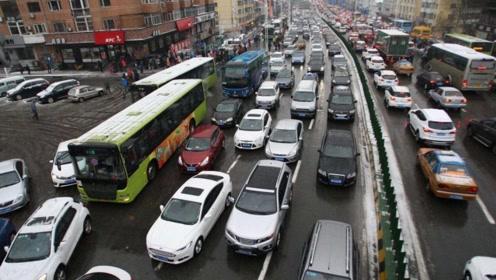 国内目前最让人印象深刻的一次堵车:车龙有135公里,堵了12天!