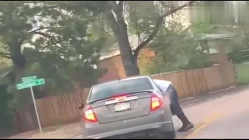 """这是""""顺风车""""?男子趴在高速行驶的轿车上,路人拍下惊险画面!"""