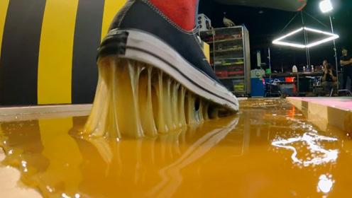 老外作死制作超大粘鼠板,测试人能否逃脱,结果衣服鞋子都粘掉了