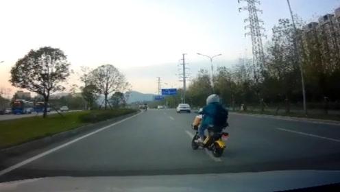女子骑车途中突然变道 吓坏后方司机:你怎么在骑?