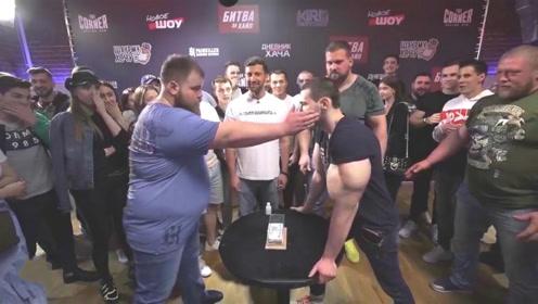 大胖子参加打脸大赛,用力一巴掌挥过去,直接让对手倒地不起!