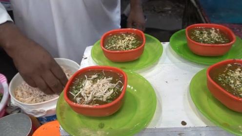 印度街头的大锅鸡肉饭,大叔拿小口袋装给食客,网友直呼够吃吗?