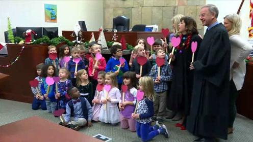美5岁男孩出席领养听证会,幼儿园全班同学到法院举红心支持
